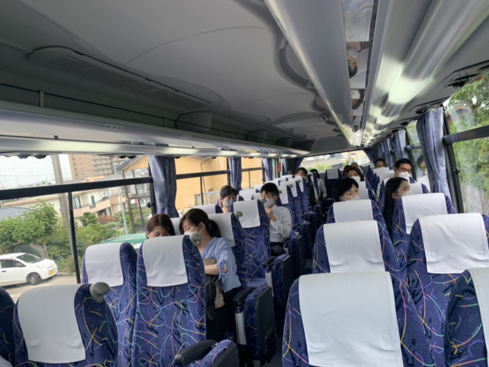 バスに乗る複数世帯