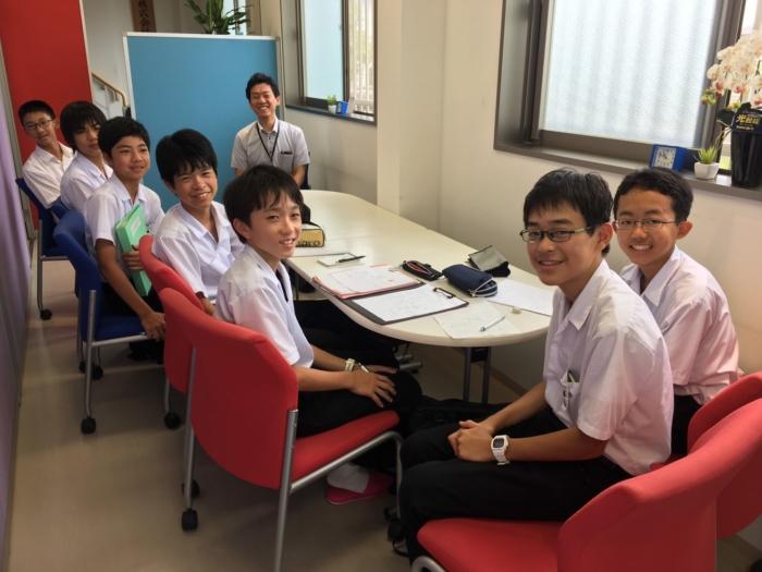 笑顔の男子学生7人と男性社員