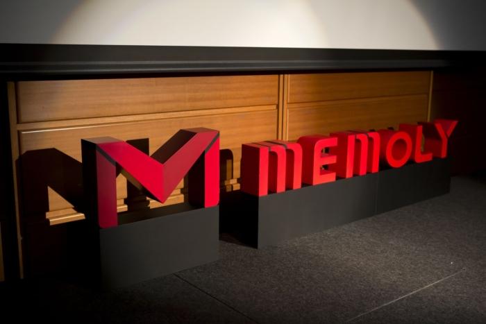 舞台の上に並ぶ赤い立体的なロゴマーク